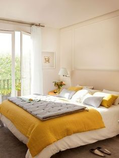 Dormitorio principal con plaid amarillo