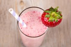 Erfrischend und fruchtig zugleich schmeckt der Erdbeershake. Mit Joghurt verfeinert ist dieser Shake ein Hochgenuss.