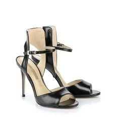 Edle Sandalette aus schwarzem Leder mit einem dekorativen Schaft, einem seitlich verstellbaren Fesselriemchen, einer gepolsterten Lederinnensohle und Highheel.