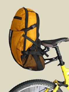 mochila tout terrain sherpack 22 y rack sherpa 2 - DIY und Selbermachen - Bicycle Panniers, Bicycle Bag, Mtb Bike, Cycling Bikes, Road Bike, Rando Velo, Pimp Your Bike, Bike Gadgets, Velo Design