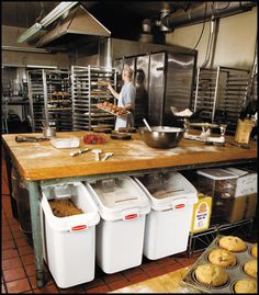 46 Modern Restaurant Kitchen Design Ideas - HOMYFEED Time and again, I have heard it said that restaurant kitchen business is one of the most lucrative businesses you … Bakery Store, Home Bakery, Bakery Cafe, Pizza Restaurant, Restaurant Kitchen, Restaurant Design, Restaurant Ideas, Boutique Patisserie, Patisserie Design