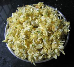 Moringa oleifera flowers ready to be cooked.