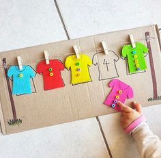 Saturaday exercice : Peg the shirt and match the number of buttons on the shirt to the number on the cardboard washing line. Saturaday exercice : Peg the shirt and match the number of buttons on the shirt to the number on the cardboard washing line. Preschool Learning Activities, Kindergarten Math, Toddler Activities, Preschool Activities, Dementia Activities, Group Activities, Physical Activities, Kids Crafts, Math Crafts
