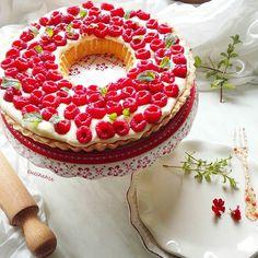 En güzel mutfak paylaşımları için kanalımıza abone olunuz. http://www.kadinika.com Crostata ai lamponi con crema al mascarpone.  Raspberries tart with mascarpone cheese cream.