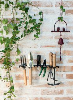 O ancinho que já não era mais utilizado pode virar um eficiente organizador de ferramentas de jardim. A pazinha, o garfo (à esq.) e o sino são do Jardineiro Fiel. Os demais itens, da Leroy Merlin.
