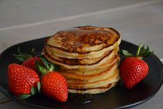 brunchpandekager, tykke pandekager, pandekager, amerikanske pandekager, jordbær, pandekager og jordbær, brunch, morgenmad, amerikansk brunch, klassisk brunch