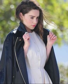 Emilia Clarke, Chef Jackets, Daenerys Targaryen, Crushes, Artists, Rose, Fashion, Hair, Moda