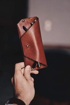 Leather Wallet Pattern, Handmade Leather Wallet, Leather Keychain, Diy Leather Projects, Leather Diy Crafts, Diy Leather Gifts, Leather Crafting, Leather Glasses Case, Mens Leather Accessories