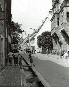 Herrenstraße Freiburg 1937    Zeitgenössische Darstellung der Herrenstraße aus dem Jahr 1937 Das Bild wurde kurz vor der Schoferstraße aufgenommen. Gleich links also die Münsterbauhütte und der Zugang zum Münsterplatz.