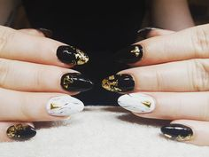 "10 Synes godt om, 1 kommentarer – Box of beauty (@boxofbeautydk) på Instagram: ""#black #nails💅 #gold"" Round Shaped Nails, Beauty, Round Wire Nails, Beauty Illustration"