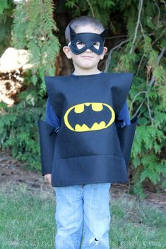 No sew batman costume - has instructions. I like the bodysuit idea. Best Batman Costume, Superhero Costumes Kids, Batman Halloween Costume, Mermaid Halloween Costumes, Superman Costumes, Diy Costumes, Costume Ideas, Superhero Ideas, Batgirl