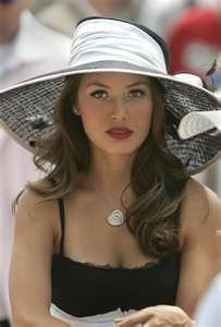 Kentucky Derby Hat - like the contrasting rim trim. I want to go to the kentucky derby so bad Chapeaux Pour Kentucky Derby, Kentucky Derby Hats, Beauty And Fashion, Look Fashion, Fashion Women, Fashion Hats, Fashion Models, Latest Fashion, Vintage Wedding Hats