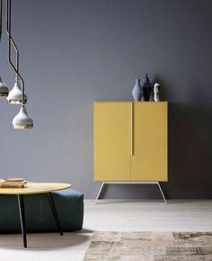 Was für ein Blickfang: Das Sideboard in feinem Senf-Gelb sieht vor der grauen Wand besonders edel aus. Wer Gelb mit Grau kombiniert, sollte auf jeden Fall zu...