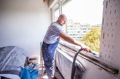 mit dem staubsauger werden kleinere schmutzteile in der mauerfuge entfernt fenstertausch. Black Bedroom Furniture Sets. Home Design Ideas
