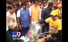 "Bollywood Superstar Amitabh Bachchan flagged off the Tiger Conservation bike rally in Mumbai on Saturday morning. On this occasion, Big B, who is the Tiger Ambassador of Maharashtra, said: ""It's my privilege to flag off this bike rally. Bikers will make people aware about tiger conservation.""  Subscribe to ‪#‎Tv9‬ Gujarati https://www.youtube.com/tv9gujarati Like us on ‪#‎Facebook‬ at https://www.facebook.com/tv9gujarati Follow us on ‪#‎Twitter‬ at https://twitter.com/Tv9Gujarat"