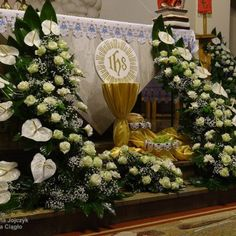 Altar Flowers, Church Flower Arrangements, Church Altar Decorations, Christmas Decorations, Communion Decorations, Corpus Christi, Altar Design, Happy Birthday Video, Church Stage Design