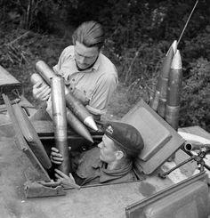 Lt. J. Fathergill, del B Squadron, 107º Reggimento Royal Armoured Corps, 34a Brigata, assiste suo artigliere al caricamento delle munizioni per il cannone da 75mm nella torretta del suo Carro armato Churchill, Normandia, Francia, 17 luglio 1944  Lt. J. Fathergill, CO of B Squadron, 107th Regiment Royal Armoured Corps, 34th Tank Brigade, assists his gunner loading ammunition for the 75mm gun into the turret of his Churchill, Normandy, France, 17 July 1944