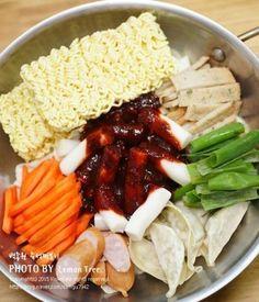백종원 초간단 즉석떡볶이 황금레시피! 우리집 식구들 모두 떡볶이 킬러에요. 떡볶이를 좋아해서 일주일에 ... Korean Dishes, Korean Food, Look And Cook, Asian Recipes, Healthy Recipes, I Want Food, K Food, Food Goals, Food Plating