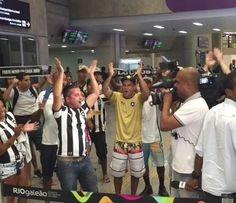 BotafogoDePrimeira: Torcedores madrugam para receber o Bota