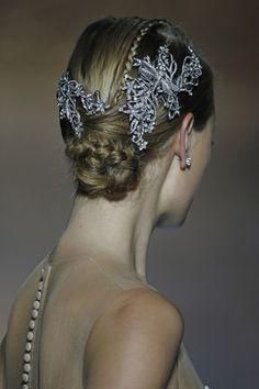 Foto 8 de 13 Detalle de los tocados joya para el cabello en el desfile de Pronovias | HISPABODAS