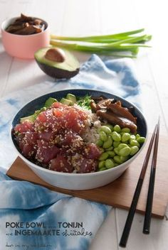 Tuna poke bowl with pickled shiitakes. I eat this weekly so it was about time to make it myself. So easy and so yummy, especially the pickled shiitakes! Pork Recipes For Dinner, Italian Dinner Recipes, Poke Bowl, Sashimi, Healthy Cooking, Healthy Recipes, Food Porn, Sushi Bowl, Good Food