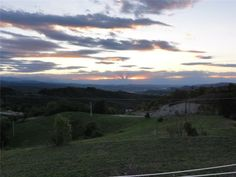 Montezemolo: Panoramisch gelegen nieuwbouw villa te koop (Piemonte) Deze nieuwe (2011) villa is gelegen in één van de meest panoramische zones van Montezemolo, met zicht op de Monviso berg en de Maritieme Alpen. De villa is onderverdeeld in twee appartementen en heeft een tuin van ca. 950 m2. Vraagprijs: 390 000 euro ............. Lees meer op : http://www.huizenjacht-italie.com/immoagora/listing/v386-montezemolo-villa/