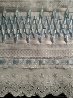 Jogo de Tolhas Bordadas com Fitas de Cetim 1 Toalha de Banho na cor Branca 70 x 135 cm 1 Toalha de Rosto na cor Branca 45 x 80 cm