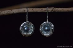 Zilveren oorbellen parels in gietbakjes Handmade Jewellery, Contemporary Jewellery, Ceiling Lights, Pearls, Pendant, Earrings, Silver, Jewelry, Decor