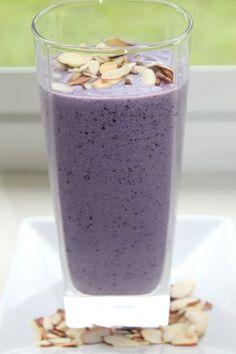 Ingredienti: 1 tazza di latte di mandorle, acqua quanto basta 1/2 tazza di mirtilli surgelati 1/4 di banana 1/2 cucchiaio di mandorle tostate a fett