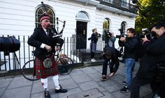A Scottish bagpiper plays outside the house of former London Mayor and Vote Leave campaigner Boris Johnson in London on June 24, 2016. Britain has voted to break out of the European Union, striking a thunderous blow against the bloc and spreading panic through world markets Friday as sterling collapsed to a 31-year low. / AFP PHOTO / JUSTIN TALLIS