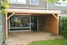-17- Landelijke klassieke houten veranda terrasoverkapping bouwen aan huis met plat dak en lichtkoepel van lariks douglas of eikenhout. bouwpakket zelfbouw.