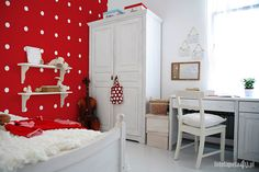 Polka dots #wallpaper in girl's room