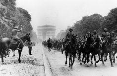 70 anos do fim da Segunda Guerra Mundial Legenda: Após tomar Paris, nazistas marcham pela Champs Elysees em frente ao Arco do Triunfo (Hulton Archive/Getty Images)