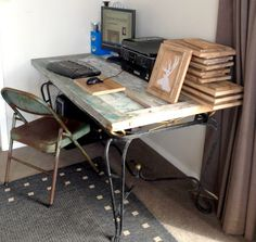 door to desk Old Door Desk, Diy Craft Projects, Crafts, Farmhouse Table, Drafting Desk, Home Office, Corner Desk, Homemade, Kitchen