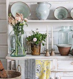 VIBEKE DESIGN Cottage Style Homes, Cottage Chic, Vibeke Design, Shabby Chic Antiques, Ivy House, Nordic Interior, Vintage Love, Decorating Tips, Vase