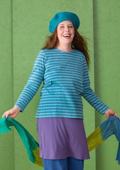 We hebben onze populaire gestreepte trui van biokatoen opnieuw aangepakt. We hebben de trui een iets ruimere pasvorm gegeven en een iets wijdere halsopening met een eenvoudige afwerking. De kwaliteit is natuurlijk net zo goed als voorheen!