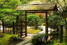 Lovely simple gate to travel garden Japanese Pergola, Japanese Fence, Japanese House, Japanese Style, Japanese Water Feature, Torii Gate, Zen Garden Design, Japan Garden, Outdoor Landscaping