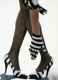 London Seasoning Magazine: Vogue US 1987 Photographer: Arthur Elgort Model: Linda Evangelista Black White Fashion, Black White Stripes, Black And White, Christian Lacroix, 80s Fashion, Fashion Models, Fashion Beauty, Style Marin, Arthur Elgort