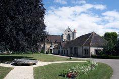 De bijgebouwen van het klooster van Pontigny in Bourgondie in Frankrijk Mansions, House Styles, Home Decor, Decoration Home, Manor Houses, Room Decor, Villas, Mansion, Home Interior Design