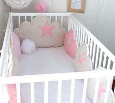 Tour de lit bébé fille, nuages, 7 coussins, ton beige et rose clair
