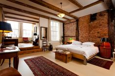 Haus in Amsterdam, Niederlande. Classy stylish private room!! in a canalhouse dating from 1608 situated on Singel Canal in the oldest part of Amsterdam. Very comfortable double bed! 5 minutes walk from Central Trainstation. Centrally located! Lots of restaurants and shops at sho...
