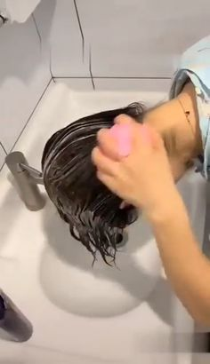 Never Wash your hair with your nails again! This shampoo comb will not only make your hair cleaner but also give you a massage Simple Life Hacks, Useful Life Hacks, Lifehacks, Beauty Skin, Hair Beauty, Natural Hair Styles, Short Hair Styles, Gadgets And Gizmos, Cool Inventions