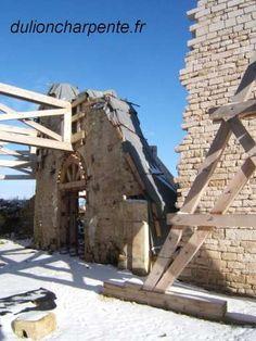 III - LES ENIGMES DE MAULNES - 2) L'ARCHITECTE, 2: Mais il semble inconcevable qu'une telle construction architecturale aussi originale et aboutie que Maulnes, qui dénote une telle maîtrise géométrique, n'ai été conduite par un grand maître de l'époque. Dès 1938 on a évoqué le nom de Sébastiano Serlio, architecte du château voisin d'Ancy le Franc et élève de Peruzzi 1° constructeur de la forteresse de Caprarole, proche de Viterbe en 1520 pour le 1° cardinal Alexandre Farnèse, futur pape Paul…
