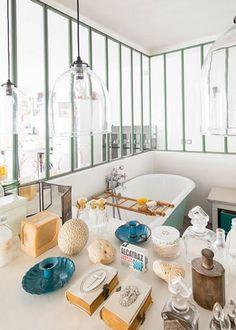 Salle de bain avec une grande verrière / Bathroom with big industrial windows / Verrière : une cloison vitrée dans la salle de bain - Marie Claire Maison