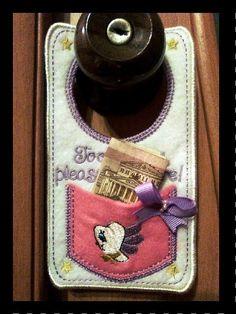 Специальный карман для зубов. Это - замечательный подарок для Вашего ребенка. Эта сумка должна быть расположена на ручке двери, таким образом, Ваш ребенок может поместить зуб в него. Зубная фея, конечно, приедет в эту красивую сумку и оставит некоторым деньги для Вашего ребенка. Этот карман сделан из войлочного материала со специальной вышивкой. Размер сумки 9,5×17,5. (Я могу также сделать версию для мальчика, используя синий цвет.) Ваш малыш навсегда запомнит приход зубной феи. Это…
