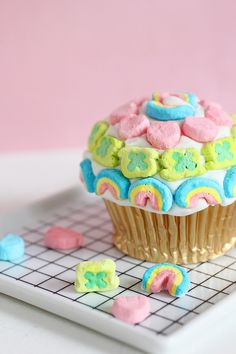 Lucky Charms Pot of Gold Cupcakes