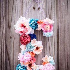 Декор в виде буквы из цветов
