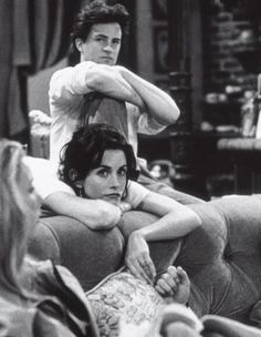 Courtney Cox and Matthew Perry behind the scenes of friends who play Monica Geller and Chandler Bing Friends Tv Show, Serie Friends, Friends Cast, Friends Moments, Friends Forever, Chandler Friends, Monica Friends, Friends Episodes, Chandler Bing