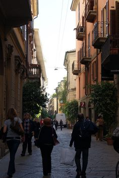 Do you love travelling and exploring the world? We give you the best tips to a nature and culture based adventure trip. Start your next adventure with letsgetlost. Milan, Travel Tips, Street View, Italy, Nature, Italia, Travel Advice, Travel Hacks