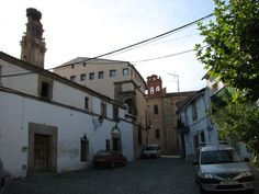 Entre la iglesia de San Pedro y el Convento de las Jerónimas se encuentra esta hermosa casa señorial con tremenda chimenea y balcón esquinero no menos interesante.